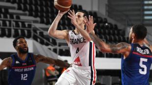 Le meneur français Thomas Heurtel (c) s'apprête à tirer lors du match de qualification à l'Euro 2022 face à la Grande-Bretagne, à Podgorica au Monténégro, le 22 février 2021
