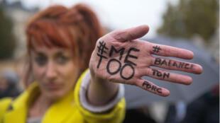 Una manifestante en París muestra el hashtag compartido en las redes sociales en contra del abuso sexual.