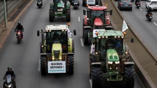 Des agriculteurs manifestent en tracteur sur le périphérique parisien, le 27 novembre 2019.