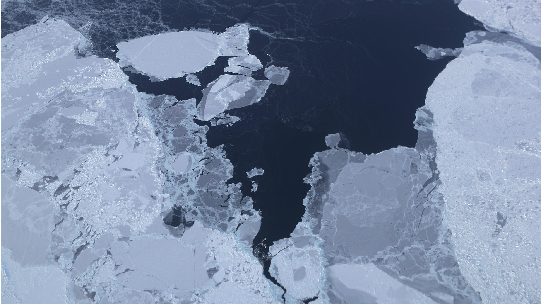 Se observa el hielo desde la aeronave de investigación Operación IceBridge de la costa noroeste de Groenlandia, cuya velocidad deshielo se multiplicó por cuatro en 10 años.