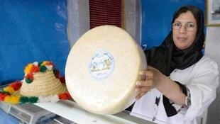امرأة تعرض جبنة من صنع مغربي في مكناس