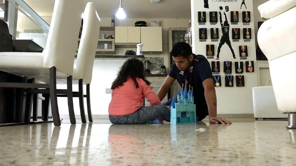 El venezolano José Carrasco, capitán de la selección de voleibol, comparte con su hija en Caracas.