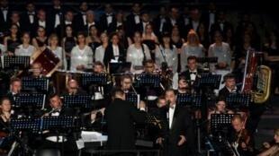 بوشناق يغني بمرافقة الأوركسترا الأوكرانية على المسرح الروماني الأثري في مدينة قرطاج