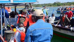 Equipos de rescate buscan recuperar cuerpos del agua después de que un ferri se volcara frente a las costas de la isla Ukerewe en el lago Victoria, Tanzania el 21 de septiembre de 2018.