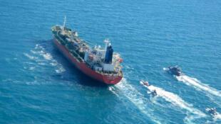 """ناقلة النفط التي ترفع علم كوريا الجنوبية، وأعلن الحرس الثوري الإيراني الإثنين احتجازها، في صورة من وكالة """"تسنيم"""" للأنباء مؤرخة الرابع من كانون الثاني/يناير 2021."""