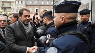 Christophe Castaner, ministre de l'Intérieur, salue les policiers après l'attaque de Strasbourg, le 14 décembre 2018.