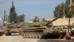 Un tank de l'armée syrienne dans un village près de la base militaire de Kweyris, dans la province d'Alep en novembre 2015.