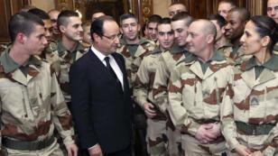 François Hollande avec le 126e régiment d'infanterie en partance pour le Mali, le 19 janvier 2013, à Tulle.