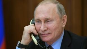 الرئيس الروسي فلاديمير بوتين متحدثا عبر الهاتف في مكتبه في 25 كانون الأول/ديسمبر 2018