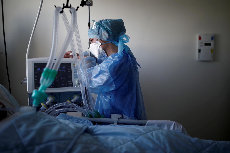 La enfermera Samantha Poirier revisa un respirador artificial mientras trata a un paciente que padece Covid-19 en la unidad de cuidados intensivos del hospital privado Clinique de l'Estrée en Stains, cerca de París, Francia, el 20 de abril de 2020.