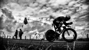 El italiano Sonny Colbrelli desafía el viento y la lluvia para ganar la carrera semi-clásica Gran Piemonte, en el norte de Italia, el 11 de octubre de 2018.
