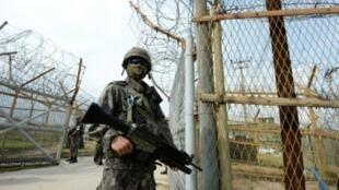 جنود من كوريا الجنوبية في المنطقة المنزوعة السلاح بين الكوريتين، في 4 آب/اغسطس 2015
