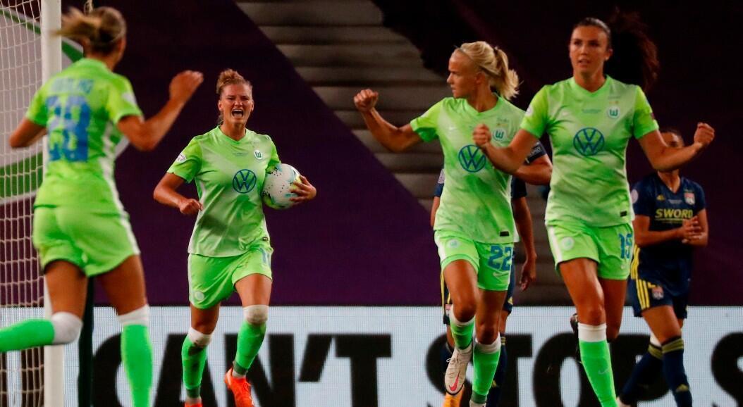 La jugadora del Wolfsburgo, Alexandra Popp (2i), celebra tras marcar el 1-2 durante la final de la Champions League Femenina de Europa, que disputaron ante el Olympique de Lyon, en el estadio Reale Arena, en San Sebastián, España, el 30 de agosto de 2020.