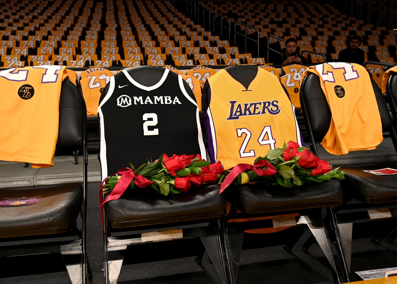 Le maillot de Kobe Bryant et celui de sa fille recouvrent les sièges du Staples Center de Los Angeles, qui lui ont rendu hommage le 31 janvier 2020.