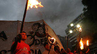 Ciudadanos participan en la marcha de antorchas contra el aumento de las tarifas de los servicios públicos, en Buenos Aires, el 10 de enero de 2019.
