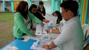 Un grupo de voluntarios durante el conteo de votos tras el cierre de las urnas durante la jornada de consulta popular sobre el diferendo con Belice que se cumplió el 15 de abril de 2018.