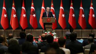 El presidente turco, Tayyip Erdogan, pronuncia una conferencia de prensa en el Palacio Presidencial de Ankara, donde anunció sobre el adelanto de las elecciones. Abril 18 de 2018.