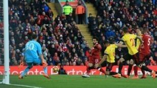 المصري محمد صلاح (وسط) يسجل لليفربول في مرمى واتفورد في الدوري الإنكليزي لكرة القدم في 17 آذار/مارس 2018 في ليفربول