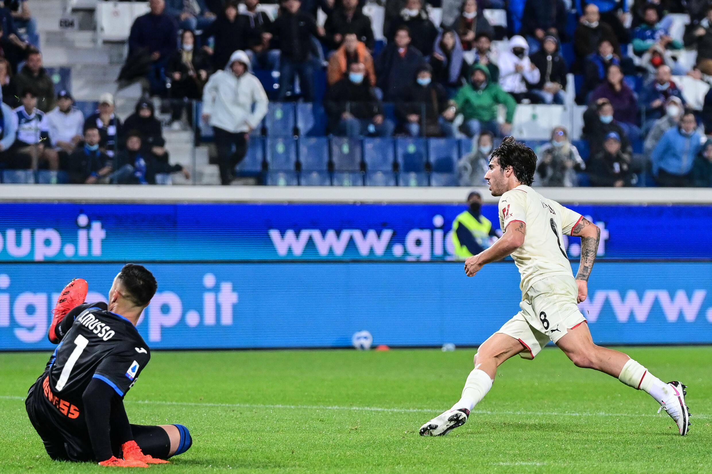 Il centrocampista del Milan Sandro Donalley segna il secondo gol contro l'Atlanta Bergamo in Serie A il 3 ottobre 2021 a Bergamo