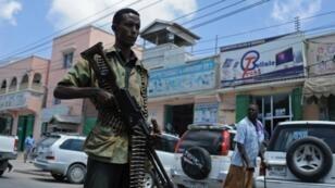 Un soldat somalien lors d'une patrouille à Mogadiscio, en février 2015, lors d'une opération contre les islamistes Shebab.