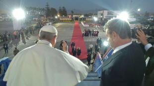 Papa Francisco saluda con la mano durante una ceremonia en el aeropuerto de Lima el 21 de enero de 2018.