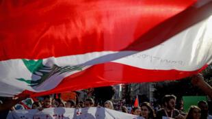 طلاب يتظاهرون في وسط بيروت في 12 تشرين الثاني/نوفمبر 2019 في إطار احتجاجات شعبية غير مسبوقة مستمرة منذ نحو شهر في لبنان وتطالب برحيل الطبقة السياسية مجتمعة
