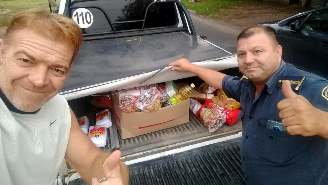 Pablo Pérez, de La Plata Solidaria junto a otro voluntario acopian comida para llevarla a sus vecinos durante la crisis de salud por el Covid- 19. La Plata, Argentina, 2020.
