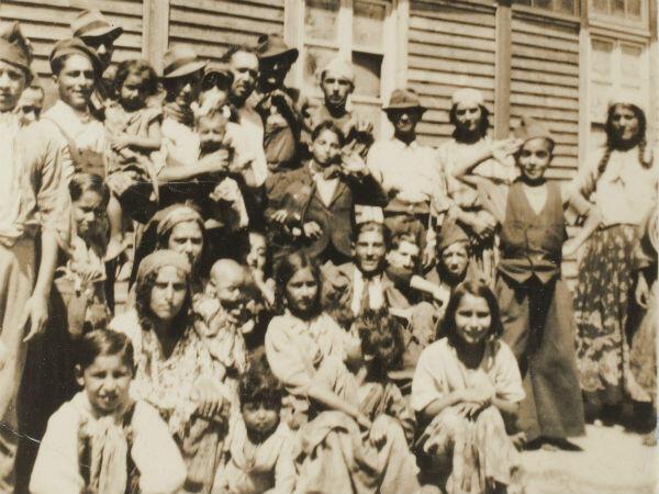 Photo rare d'un groupe de nomades détenus au camp de Linas-Montlhéry, en région parisienne, entre novembre 1940 et avril 1942