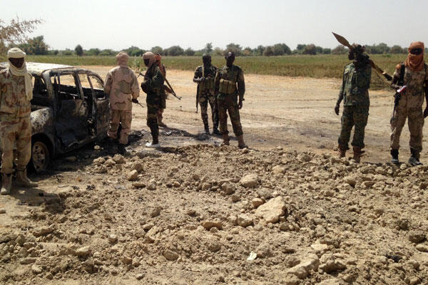 Pick-up Boko Haram détruit et fosse commune où les membres de la secte islamiste sont enterrés