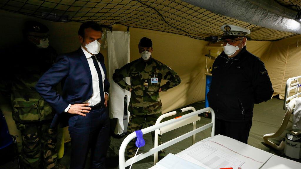 El presidente francés, Emmanuel Macron, lleva un tapabocas durante su visita a un hospital militar de campaña en las afueras de Mulhouse, al este de Francia, el 25 de marzo de 2020.