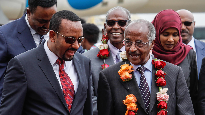 Le Premier ministre éthiopien Ahmed Abiy accueille le ministre des Affaires étrangères érythréen Osman Saleh le 26 juin 2018 à Addis Abeba.