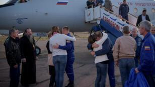 Los dos astronautas que tripulaban la nave espacial Soyuz fueron recibidos por sus familiares tras ser rescatados el 11 de octubre.