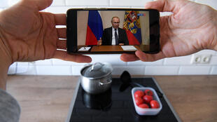 La comparecencia del presidente ruso, Vladimir Putin, a la nación, seguida en directo desde un teléfono móvil el 25 de marzo de 2020 en Moscú
