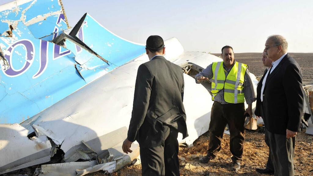 Le Premier ministre égyptien, Sherif Ismail, devant un débris de l'avion russe qui s'est écrasé, samedi 31 octobre 2015, dans le Sinaï.