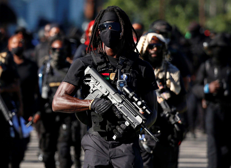Miembros de una milicia negra en la marcha de la NFAC, mientras portan armas en protesta por el asesinato policial de Breonna Taylor, durante el día de la carrera de caballos del Derby de Kentucky en Louisville, Kentucky, EE. UU., el 5 de septiembre de 2020.