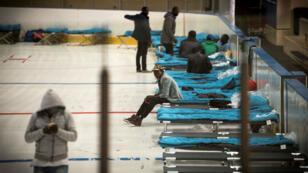 Des migrants sont logés dans une ancienne patinoire, à Cergy, le 12 octobre 2017. Ils doivent être informés sur les conditions du droit d'asile en France.