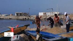 صيادون على شاطئ غزة.