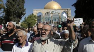 Des Palestiniens manifestent devant le Dôme du Rocher, dimanche 27 septembre 2015.