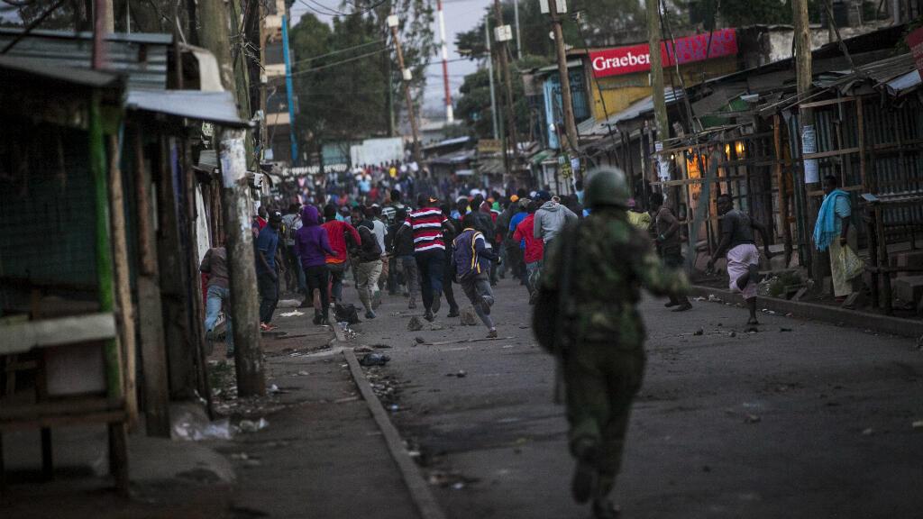Des supporters de Raila Odinga fuient face aux policiers lors d'une manifestation de l'opposition, le 30 octobre 2017, à Kibera.