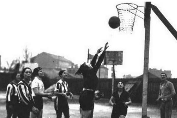 Une rencontre de basketball en 1920
