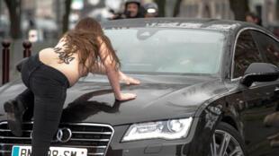 Plusieurs Femen ont perturbé l'arrivée de DSK au tribunal correctionnel de Lille, mardi matin.