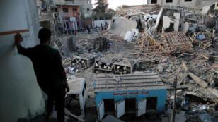 فلسطيني أمام ركام مبنى تلفزيون حماس بعد قصفه في غزة، 13 نوفمبر/تشرين الثاني 2018