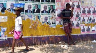 Les affiches de campagne des candidats dans les rues de la capitale Freetown.
