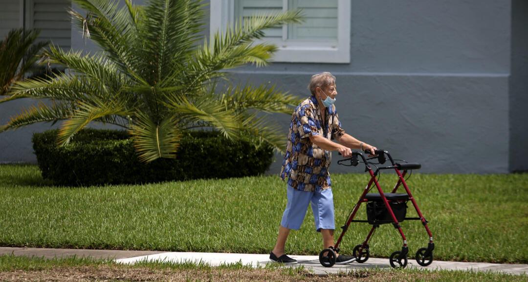 Una mujer porta una mascarilla mientras camina por el condado de Miami-Dade, Florida , EE. UU., el 18 de junio de 2020.