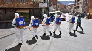 Los trabajadores municipales desinfectan las calles de La Paz el 4 de abril de 2020 como medida preventiva para frenar la propagación del coronavirus
