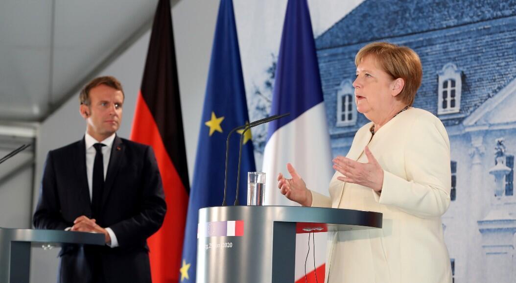La canciller alemana, Angela Merkel, y el presidente francés, Emmanuel Macron, asisten a una rueda de prensa después de su reunión en el Castillo de Meseberg, la casa de huéspedes del Gobierno federal alemán, en Meseberg, Alemania, el 29 de junio de 2020.