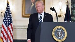 الرئيس الأمريكي دونالد ترامب بعيد إلقاء كلمة من البيت الأبيض تعليقا على هجوم لاس فيغاس، 2 تشرين الأول/أكتوبر 2017