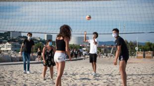 Partie de volleyball avec des masques sur la plage du Prado à Marseille, le 1er juin 2020