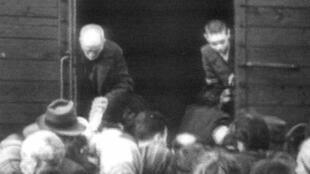 Des Juifs embarquent dans des trains à Drancy en 1942 en direction des camps de concentration allemands