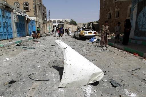 دمار في صنعاء في 18 حزيران/يونيو 2015 غداة 5 تفجيرات متزامنة استهدفت مكاتب ومساجد للشيعة